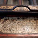 Distributeur La Tirelire des Enfants Sages en tôle lithographiée - esprit brocante hermin