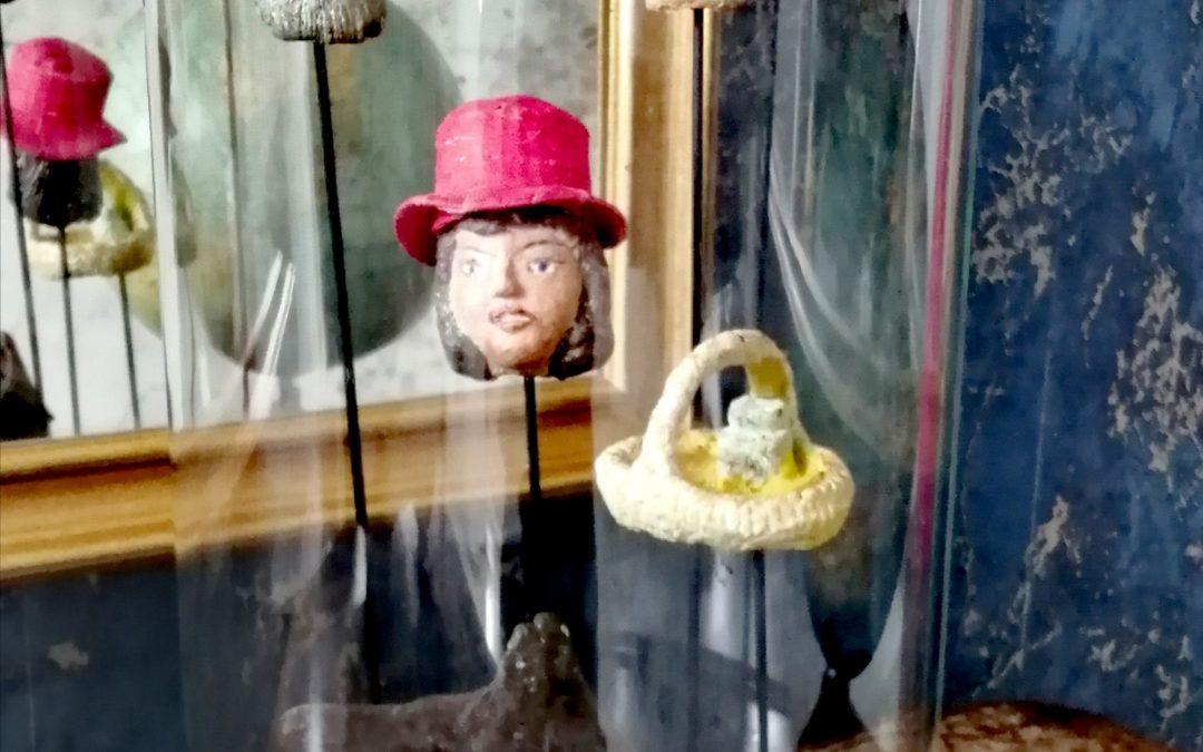 Têtes de Marionnettes en Papier Mâché sous Globe